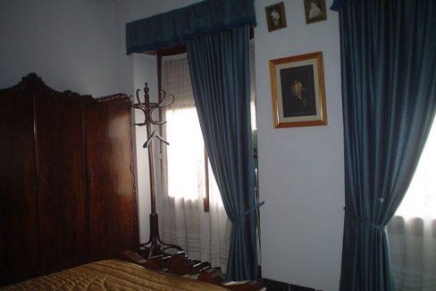 piso con balcón y un amplio local-dormitorio