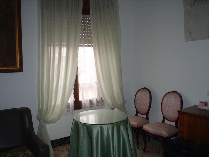 piso con balcón y un amplio local-salita