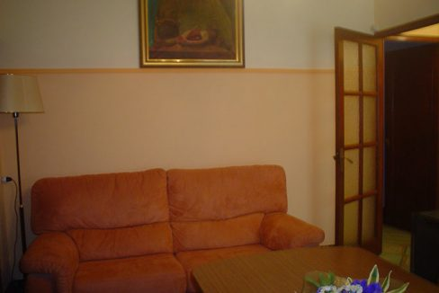 piso con balcón y un amplio local-salon2
