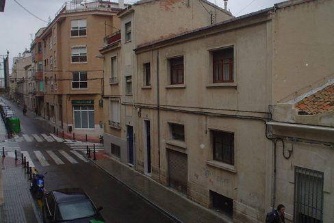 piso con balcón y un amplio local-vistas