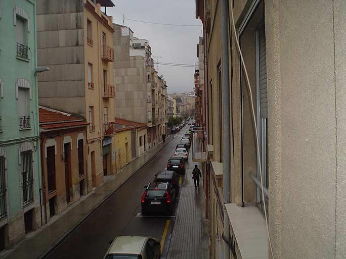 piso con balcón y un amplio local-vistas3