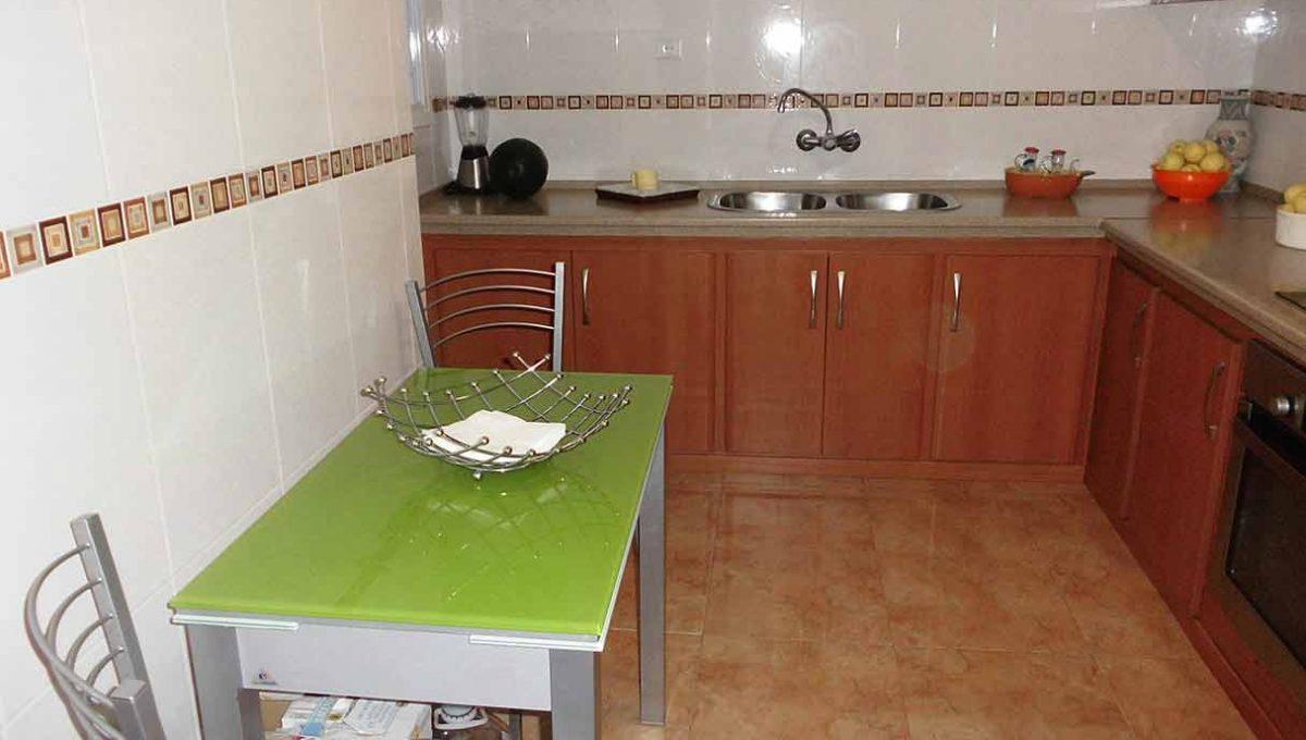 Amplio piso con balcon exterior y buenas vistas en el Romeral-cocina