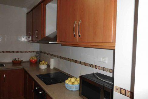 Amplio piso con balcon exterior y buenas vistas en el Romeral-cocina2