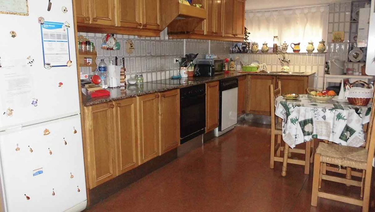 Clásico piso en venta con armarios empotrados-cocina