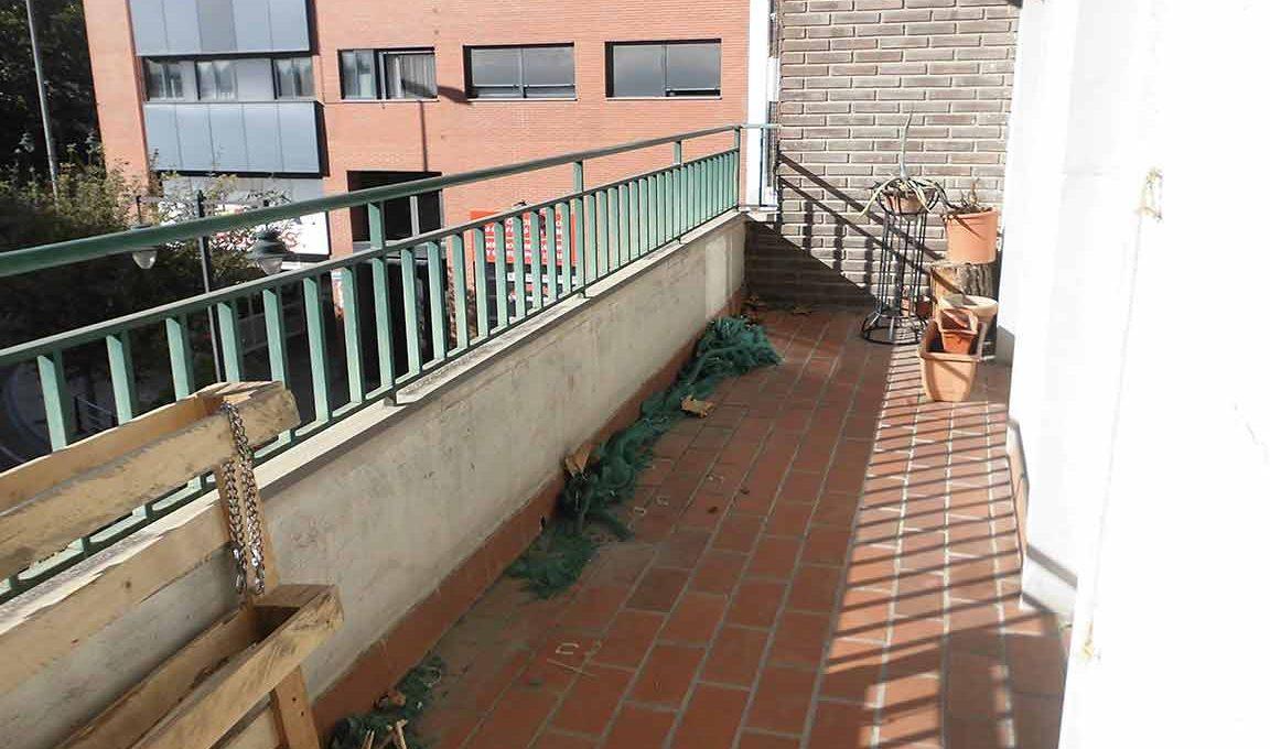 Gran piso con 2 balcones exteriores en Santa Rosa-balcon