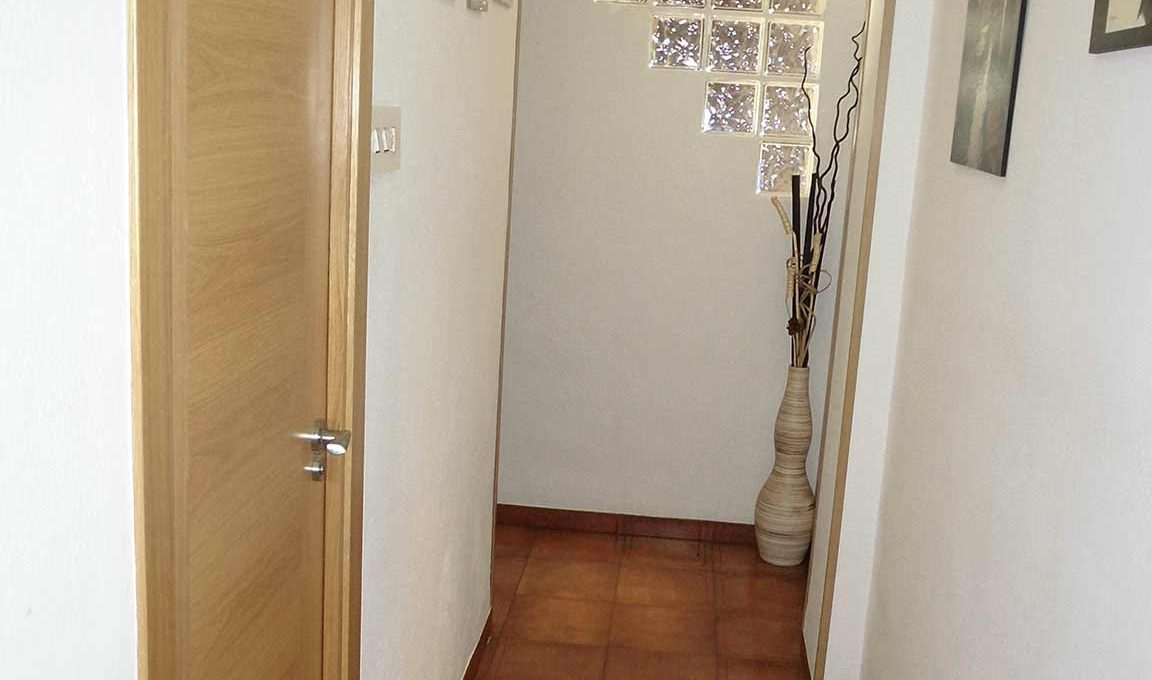 Magnífico piso para entrar a vivir en Santa Rosa-pasillo