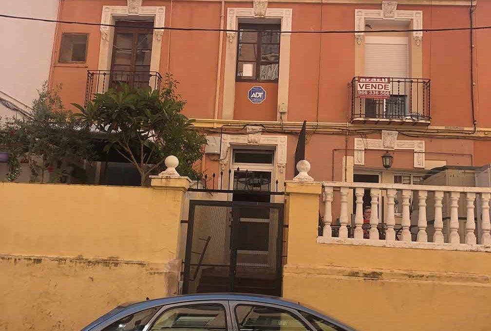 Se vende piso a reformar con balcón en Santa Rosa-exterior