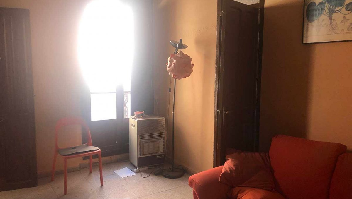 Se vende piso a reformar con balcón en Santa Rosa-salon