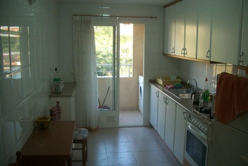 Se vende piso con balcón exterior y plaza de garaje-cocina