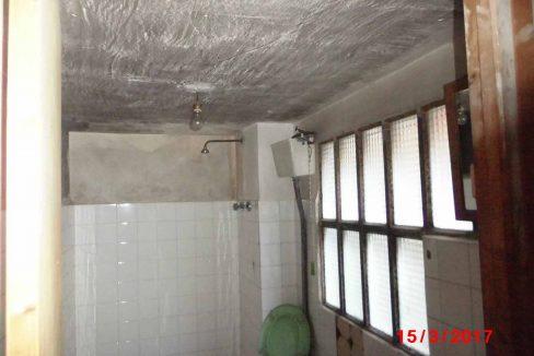 Amplio local con piso y terraza ubicado en Santa rosa-banyo2
