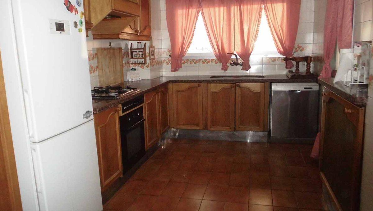 Clásico piso en santa rosa con balcón y trastero-cocina3
