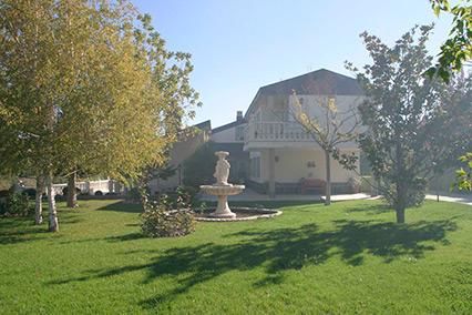 Gran chalet con dos cocinas a la venta en San Rafael-jardin