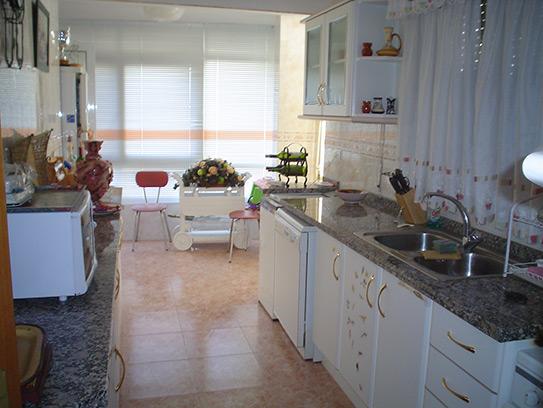 Luminoso chalet en venta con salón acristalado en Gayanes-cocina