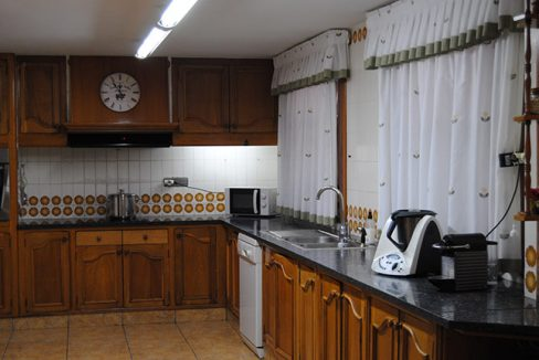 Se vende chalet de estilo clásico con amplios jardines-cocina