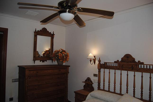 Se vende chalet de estilo clásico con amplios jardines-dormitorio3