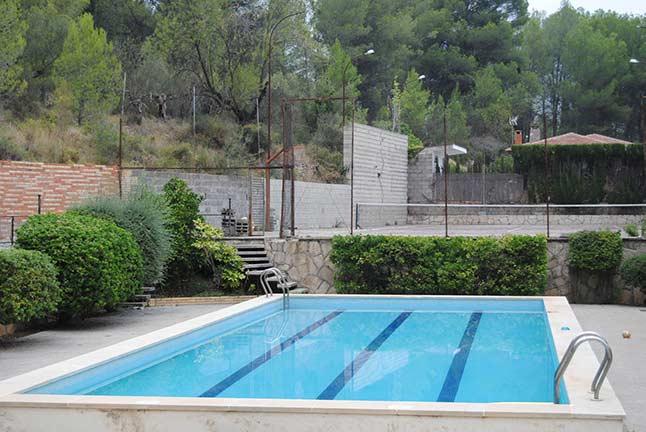 Se vende chalet de estilo clásico con amplios jardines-piscina