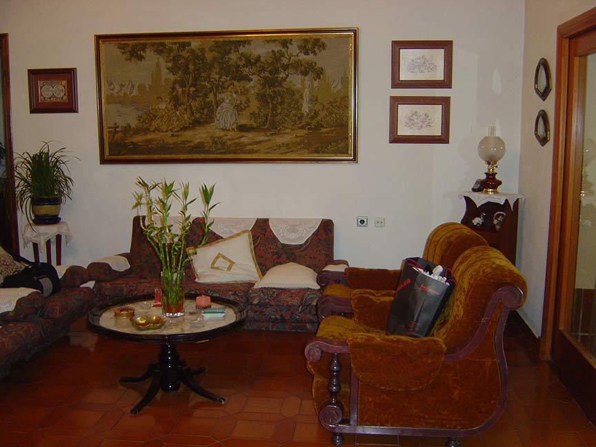 Se vende chalet de estilo clásico con amplios jardines-salita