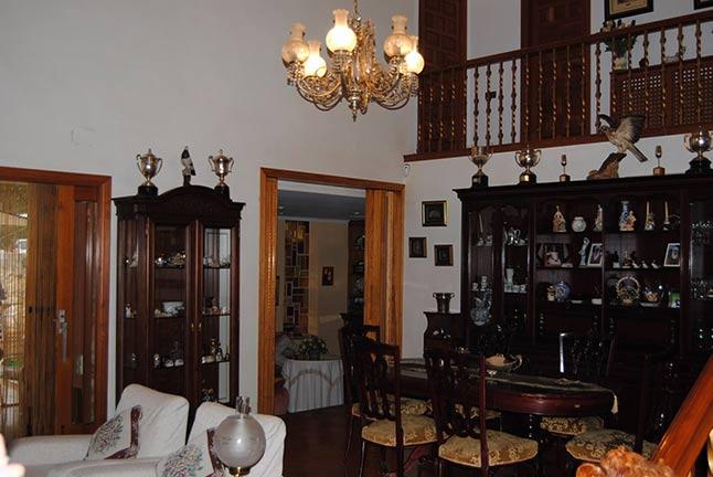 Se vende chalet de estilo clásico con amplios jardines-salon