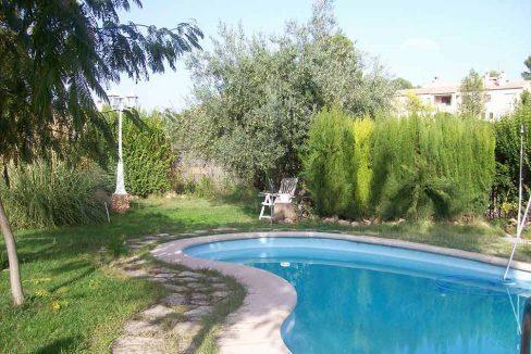 Soleado chalet con estanque y piscina-piscina