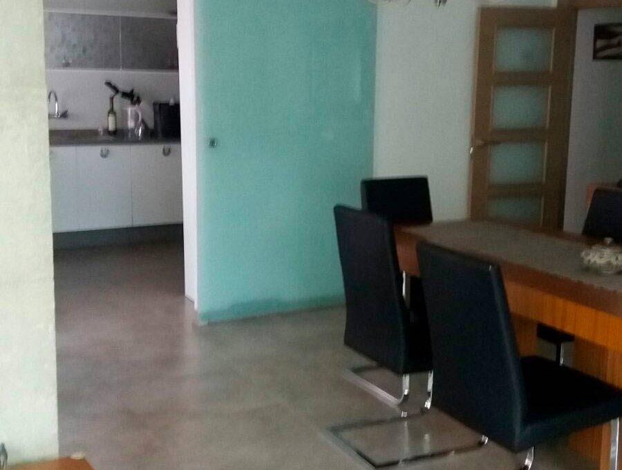 Soleado y totalmente reformado piso en santa rosa-salon