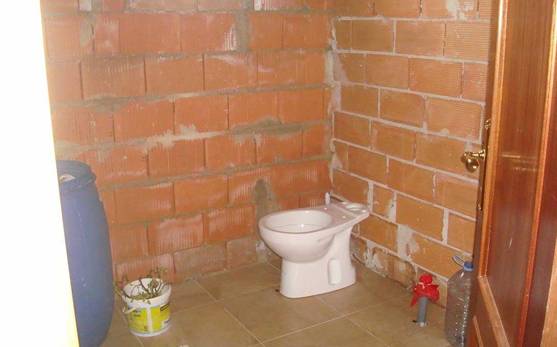 Casa de campo con buena orientación en cocentaina-banyo