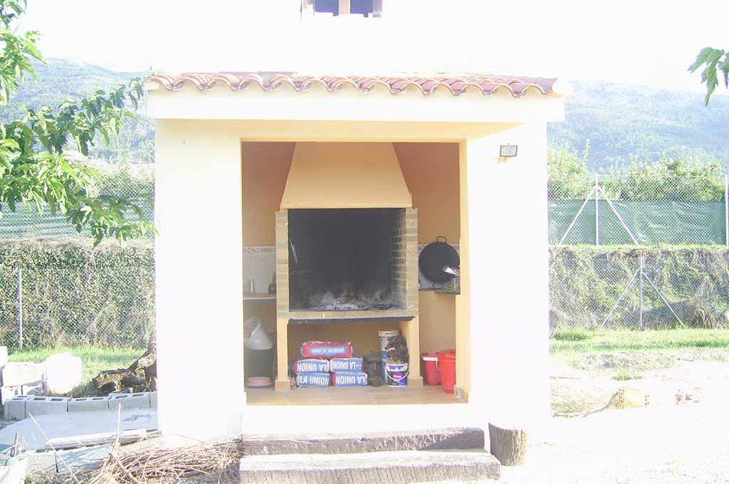 Amplio terreno con dos casas y muy buen acceso en Agres-barbacoa