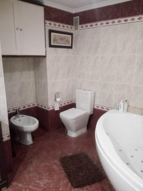 Amplio y luminoso piso reformado en Santa rosa-banyo2