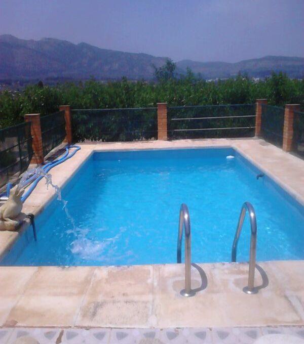 Soleada casa de campo con un extenso terreno-piscina