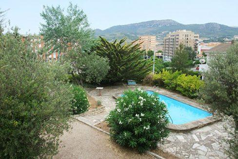 Amplio chalet de 3 alturas y 7 habitaciones con piscina en Alcoy. - Piscina