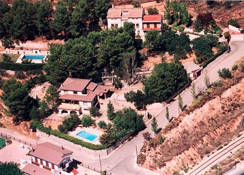 Amplio chalet de 3 alturas y 7 habitaciones con piscina en Alcoy. - Vista desde arriba
