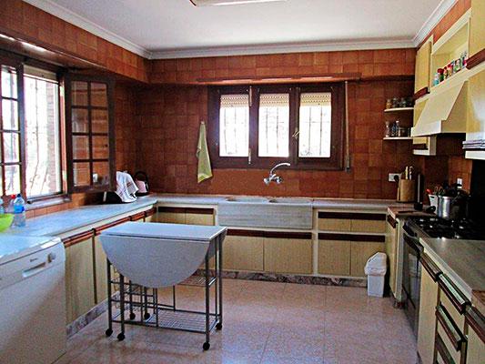 Amplio chalet de 3 alturas y 7 habitaciones con piscina en Alcoy. - Cocina
