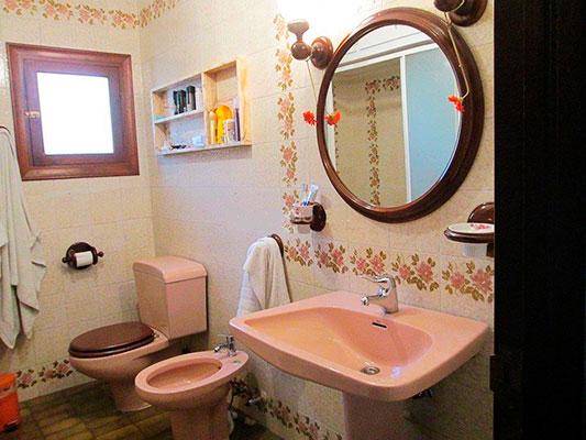 Amplio chalet de 3 alturas y 7 habitaciones con piscina en Alcoy. - Baño