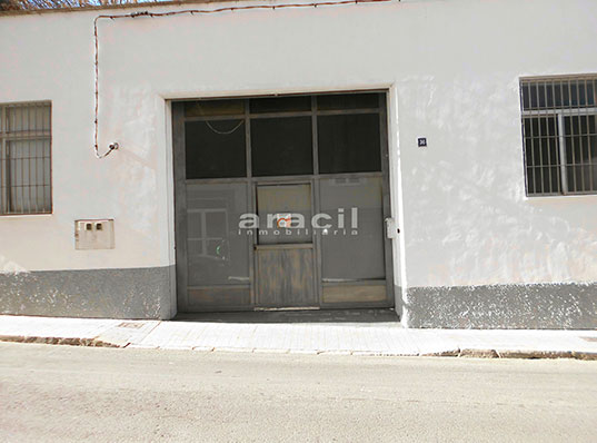Local totalmente diáfano a la venta en Zona Alta, Alcoy. - Entrada
