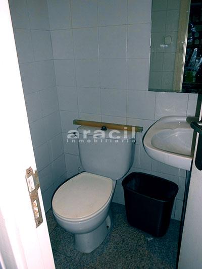 Local/ferretería de grandes dimensiones a la venta o alquiler con traspaso en el Centro de Alcoy. - Baño 2