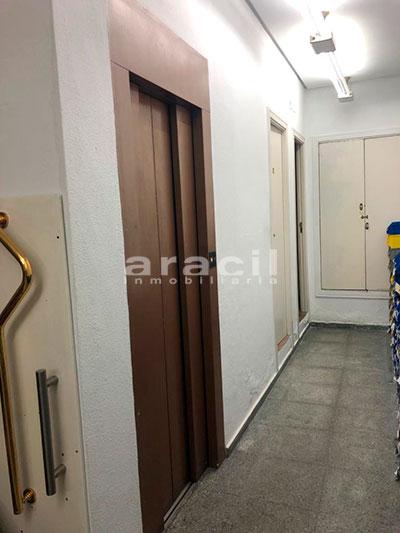 Local/ferretería de grandes dimensiones a la venta o alquiler con traspaso en el Centro de Alcoy. - Ascensor 2