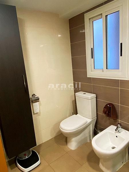 Bonito piso moderno reformado a la venta en Santa Rosa. - baño3