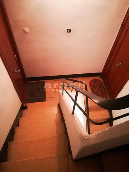 A la venta piso a buen precio en Santa Rosa. - escaleras